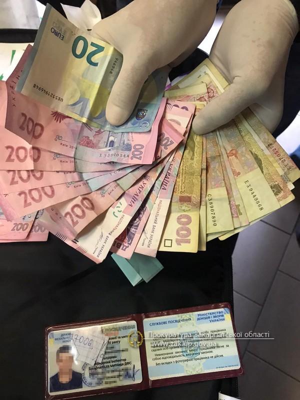 Останні за хабарі обіцяли не створювати перешкоди громадянам у перевезенні товару через державний кордон.