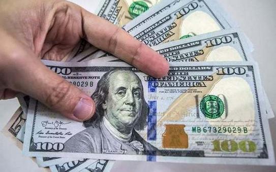 Сьогодні до закриття міжбанку американський долар в купівлі подешевшав на 2 копійки, а в продажу на 3 копійки.