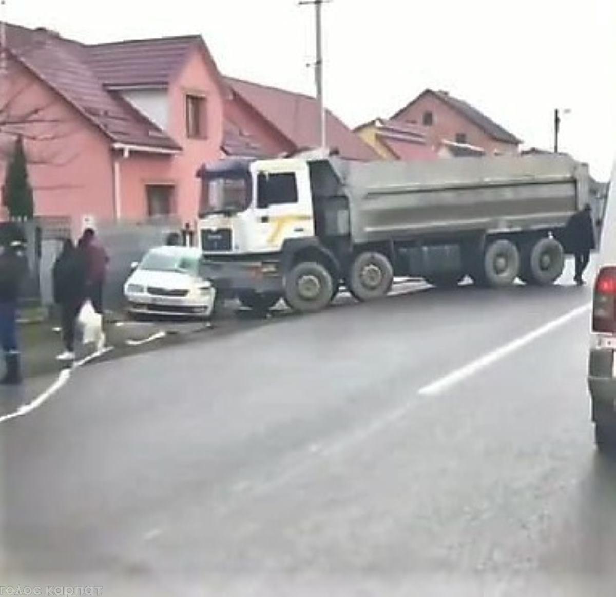 На Хустщині вантажівка в'їхала в легковик: на місці ДТП працювали рятувальники (ФОТО)