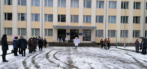 Жителі зібралися під стінами РДА та вимагають, щоб районна лікарня стала опорною.