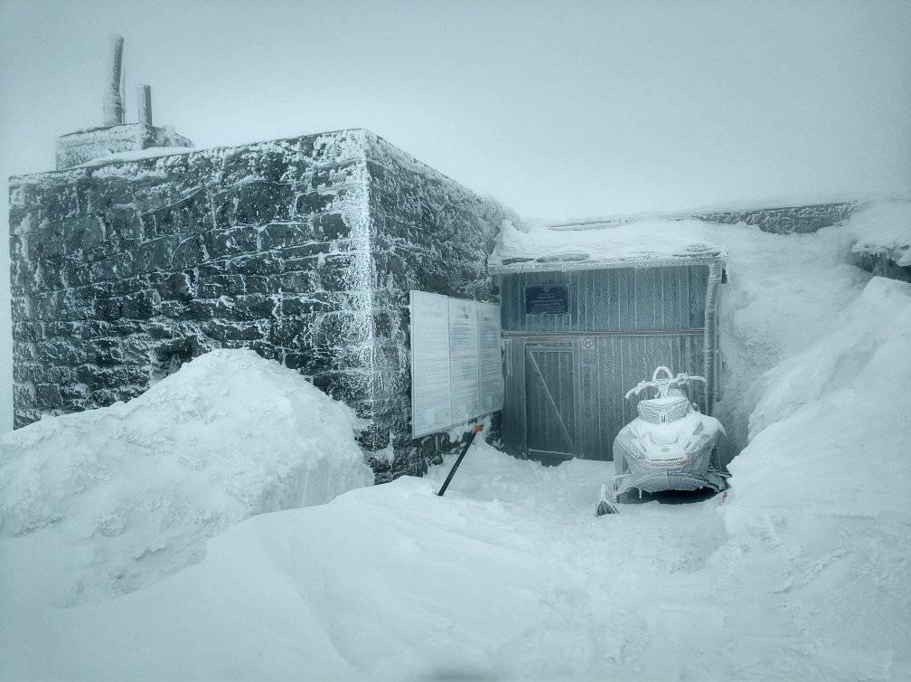 Зима в Карпатах не відступає.