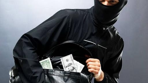 Кассиры-женщины забрали более 500 тысяч гривен.