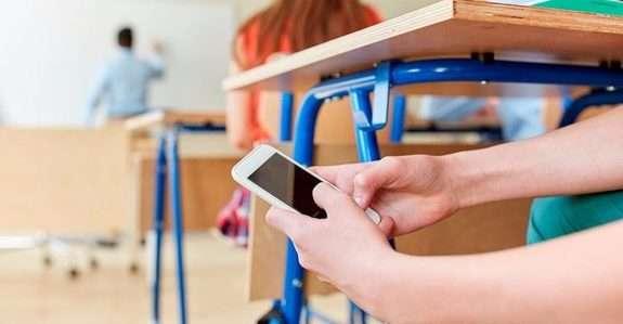 Олексій Гончаренко анонсував законопроект про обмеження використання смартфонів школярами в середніх освітніх закладах.