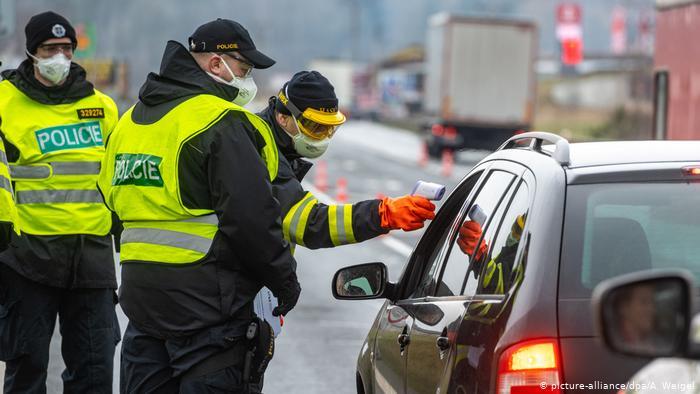 У Чехії поліція та військові створили 500 пунктів пропуску по всій країні, оскільки одна з найбільш постраждалих країн Євросоюзу в понеділок значно обмежила вільне пересування.