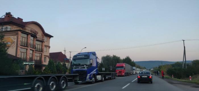 Понад 400 вантажівок: утворилася черга від КПП