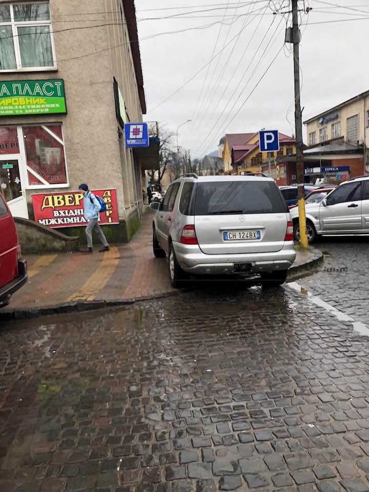 """Фотофакт! У Хусті водій знайшов """"ідеальне"""" місце парковки"""