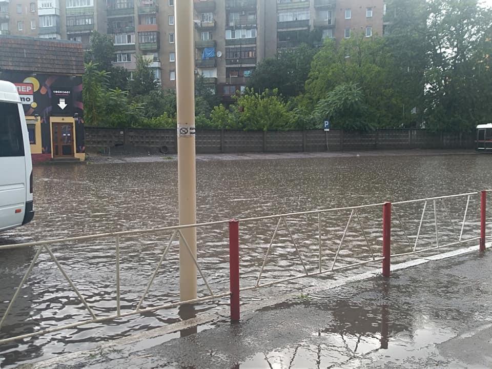 У неділю по обіді за лічені хвилини Ужгородський автовокзал перетворився на озеро.