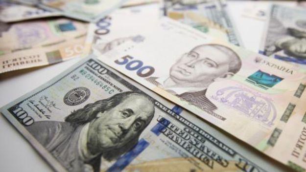В офіційних курсах НБУ нацвалюта дешевшає. При цьому на міжбанку гривня, навпаки, зміцнюється, незважаючи на те, що НБУ продовжив купівлю валюти.