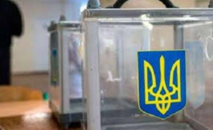 Підозрювані, будучи членами трьох ДВК одномандатного виборчого округу № 69 з виборів народних депутатів України, видали бюлетені для голосування особам, які не мали права їх отримувати.