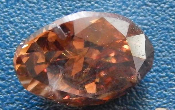 При перевірці посилки на сканері митники помітили сторонні вкладення, які виявилися п'ятьма дорогоцінними каменями.