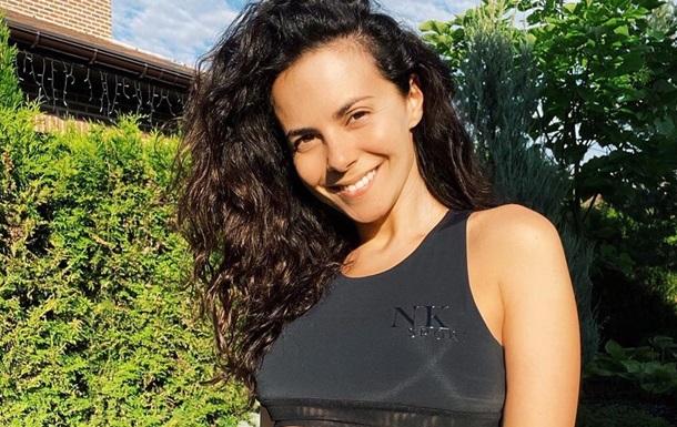 Популярна співачка спокусливо позувала вдома на балконі в сексуальному образі. Артистка при цьому зізналася, що дуже любить понеділки.