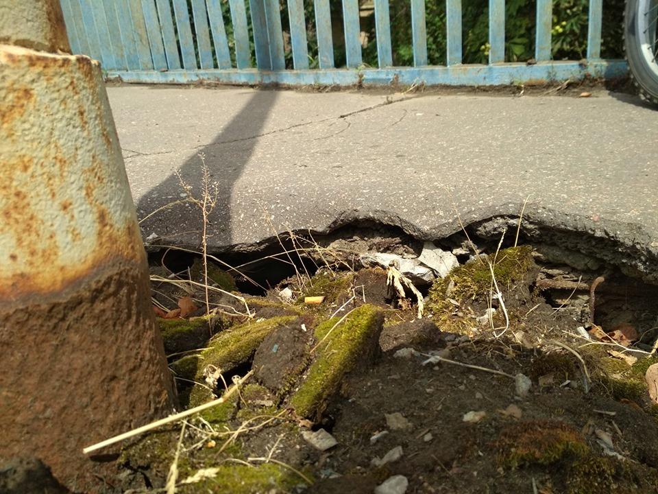 Світлини та відео критичного  стану мосту оприлюдили у соцмережі.