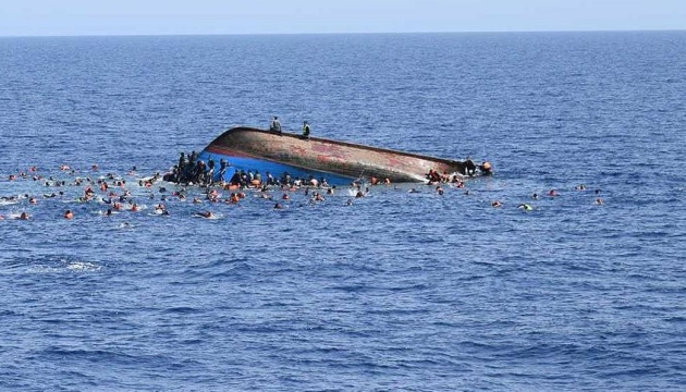 Щонайменше дванадцять мігрантів потонули після того, як їх човен затонув біля острова в західній частині Греції в суботу.