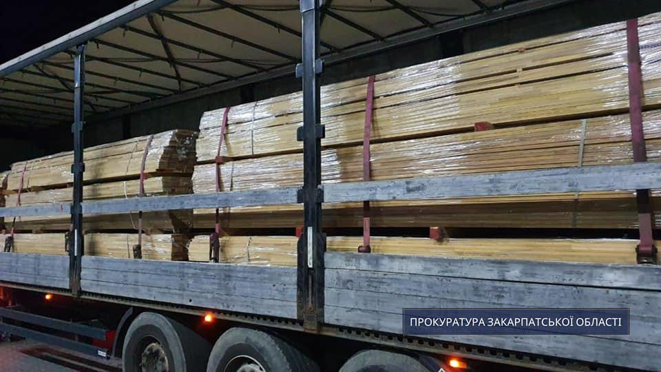 За процесуального керівництва прокуратури Закарпатської області на україно-словацькому кордоні затримано вантажівку при спробі незаконно перемістити цінну деревину до країн ЄС.