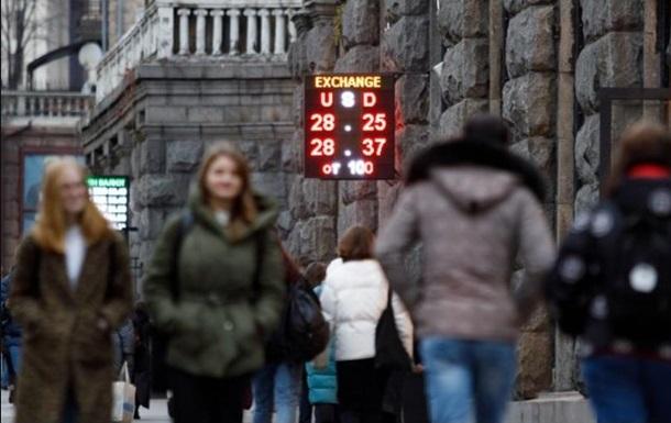 Середні курси купівлі/продажу готівкового долара в банках знизилися за тиждень до 28,0/28,25 грн/дол.