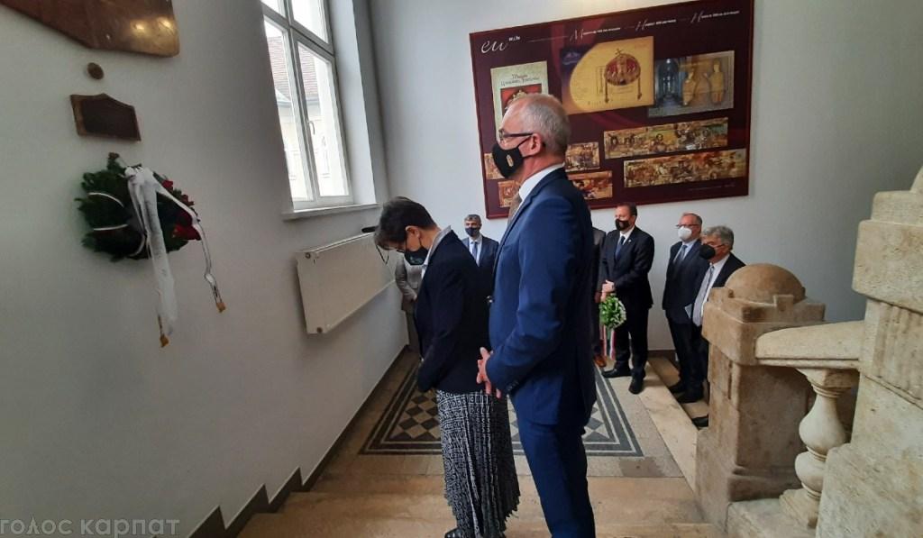 Меморіальна дошка Ференцу Мадлу встановлена в Закарпатському угорському інституті, адже саме він активно сприяв відкриттю даного навчального закладу.