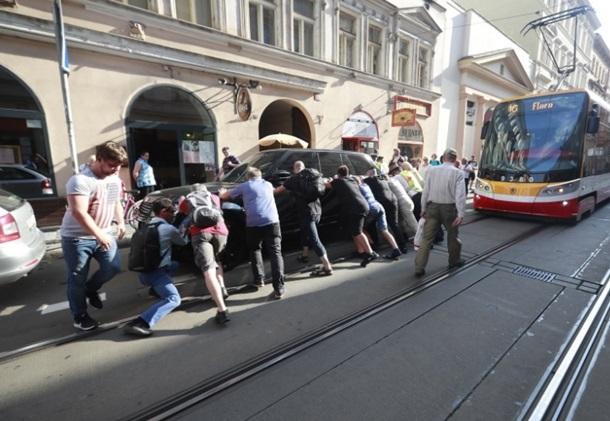 Герой паркування. У Празі авто з українськими номерами заблокувало трамвай
