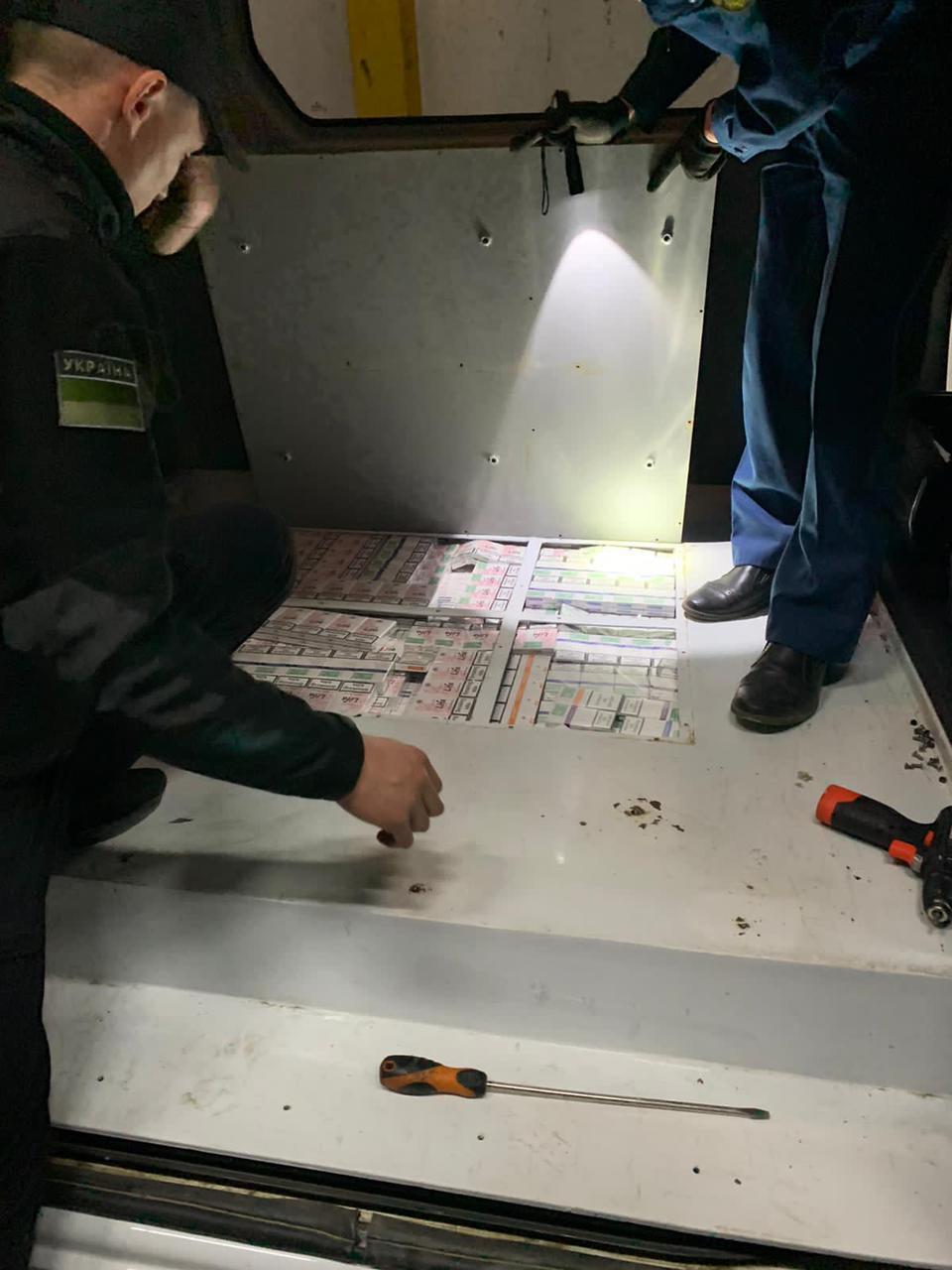 """Сьогодні вночі (04.06) митники спільно з прикордонниками виявили два тайники із прихованими понад 13 тис пачок сигарет у мікроавтобусі «RENAULT MASTER"""", які перевозив 40-річний житель Закарпаття."""