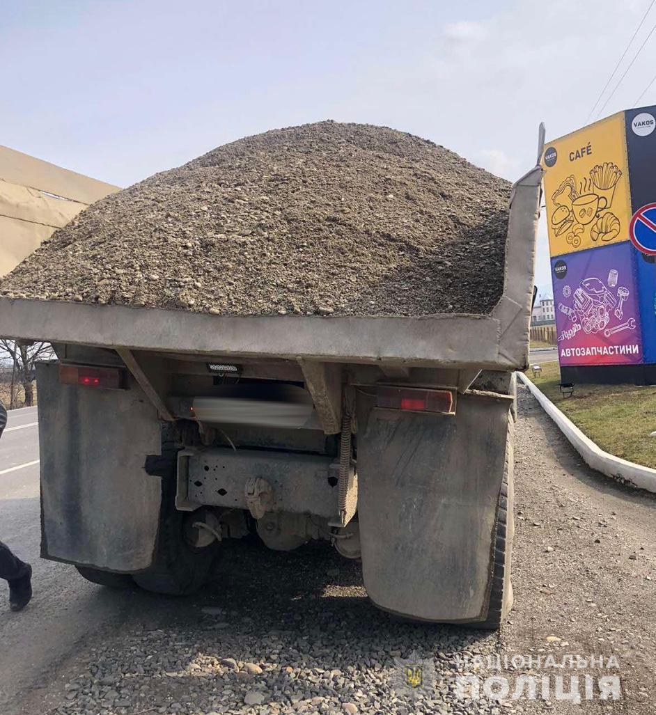 Водії - жителі Хустського та Тячівського районів не змогли надати дозвільні документи на вимогу поліцейських. Вантажівки затримано на спецмайданчик поліції.