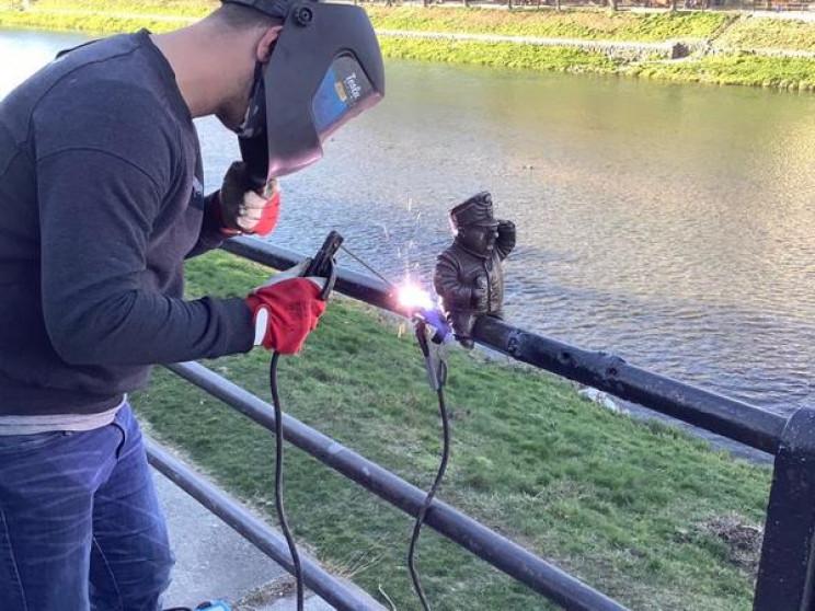 Міні-скульптурку знову встановили на перилах біля річки.