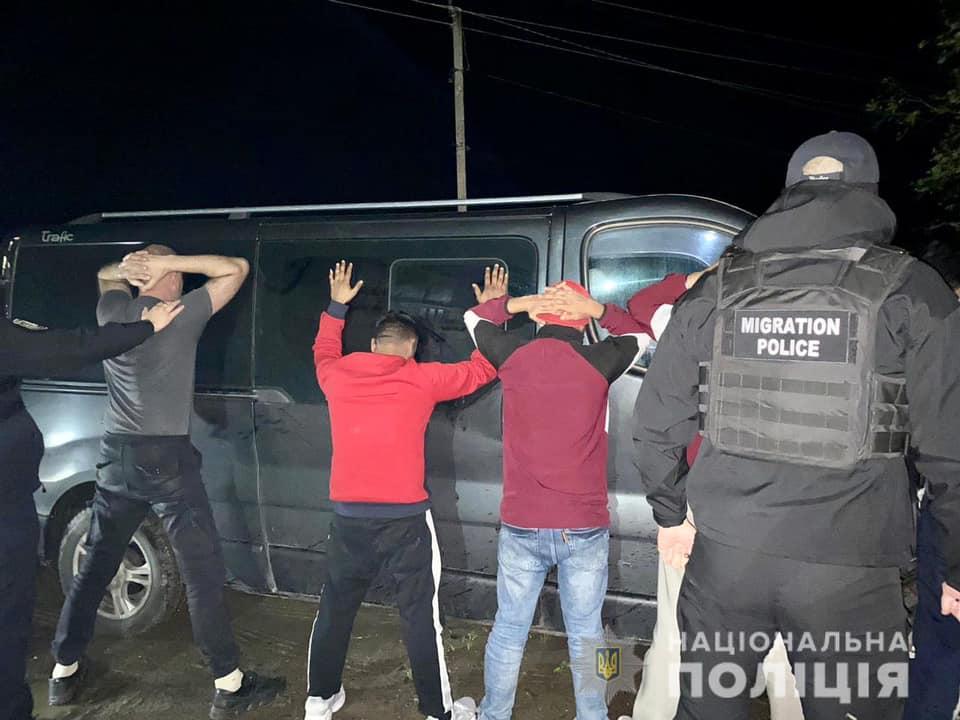 На Мукачівщині поліцейські зупинили автомобіль «Renault Trafic», яким кермував  43-річний житель Львівщини, а пасажирами були іноземці.
