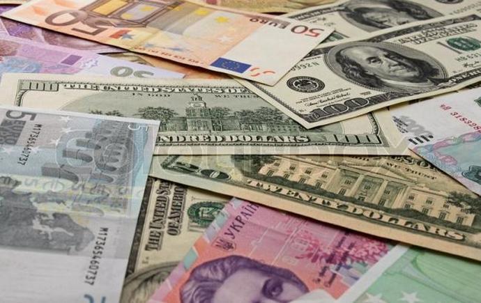 Національний банк зміцнив офіційний курс гривні на 9 копійок, встановивши його на 2 вересня на рівні 25,14 гривні за долар.