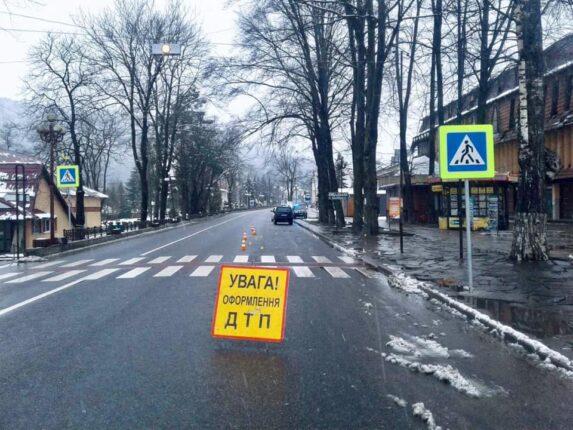 На Івано-Франківщині поліцейські встановлюють обставини аварії, у якій травмувався пішохід.