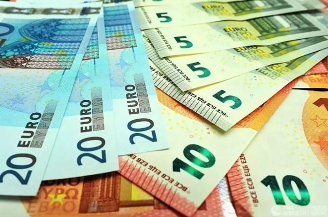 На міжбанку курс долара у продажу знизився на 3 копійки - до 28,51 гривень за долар, курс у покупці впав на 1 копійку - до 28,49 гривень за долар. Курс євро в продажу зріс на 14 копійок - до 34,19 грн