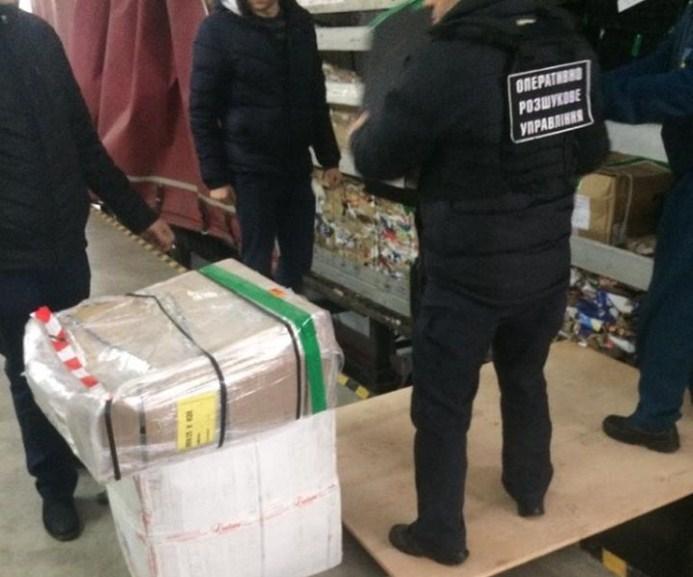Учора на Закарпатті прикордонники викрили спробу незаконного ввезення на територію України великої партії брендового одягу, взуття та аксесуарів іноземного виробництва.
