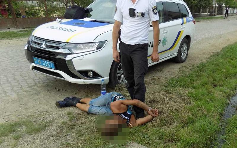 На Хустщині 25-річний чоловік через ревнощі вдарив ножем 19-річного.