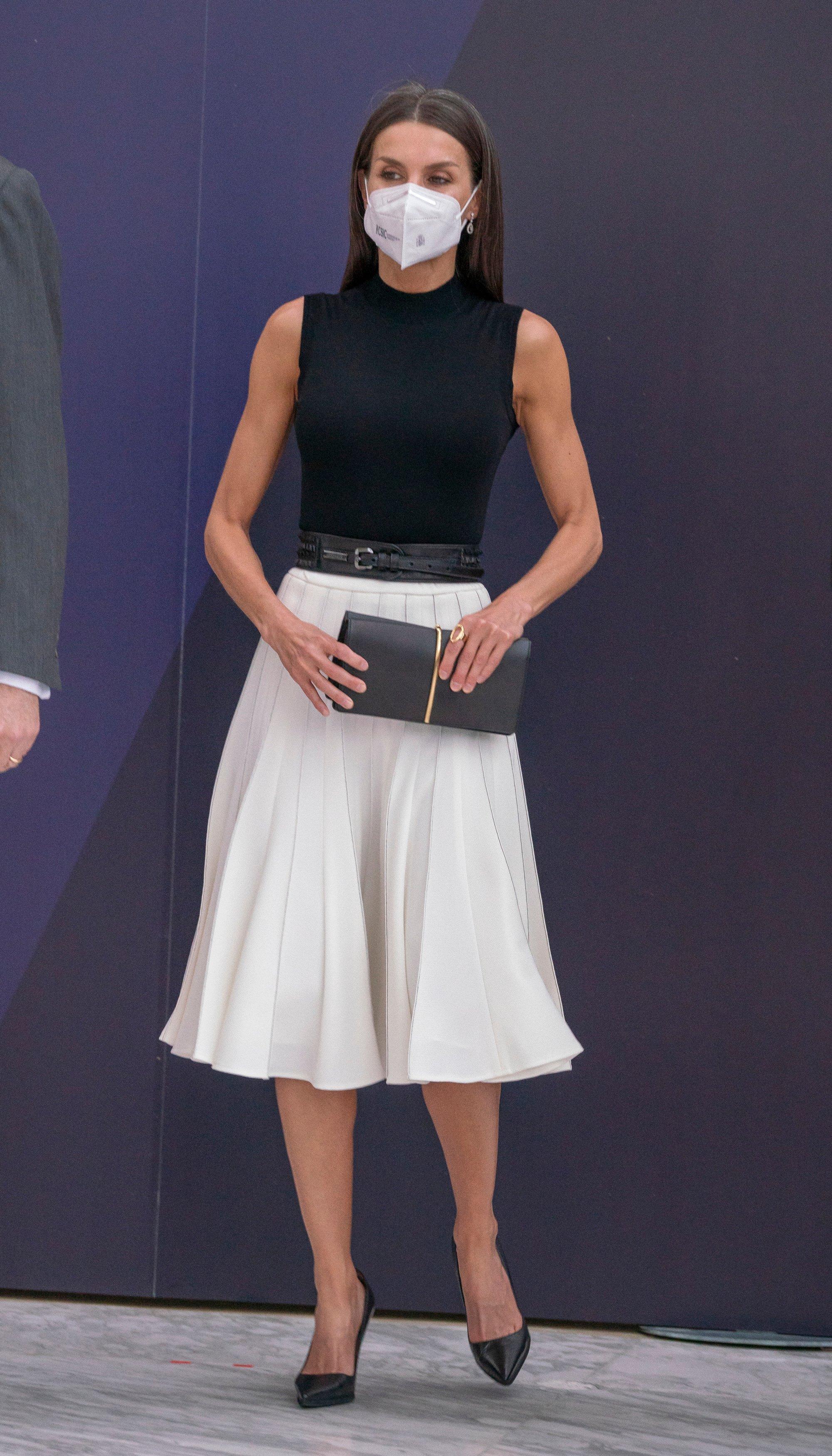 Іспанська королева Летиція відвідала черговий світський захід у конгресі. Вона підкорила публіку черговим вишуканим образом у вбранні без рукавів та в спідниці.