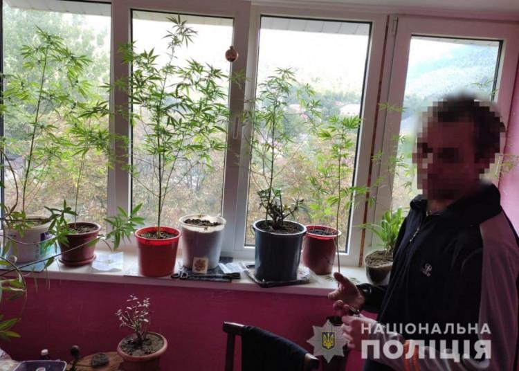 У Рахові затримали торгівця наркотиками. Чоловіка зловили на гарячому, коли той намагався продати марихуану. Про це йдеться у повідомленні обласної поліції.