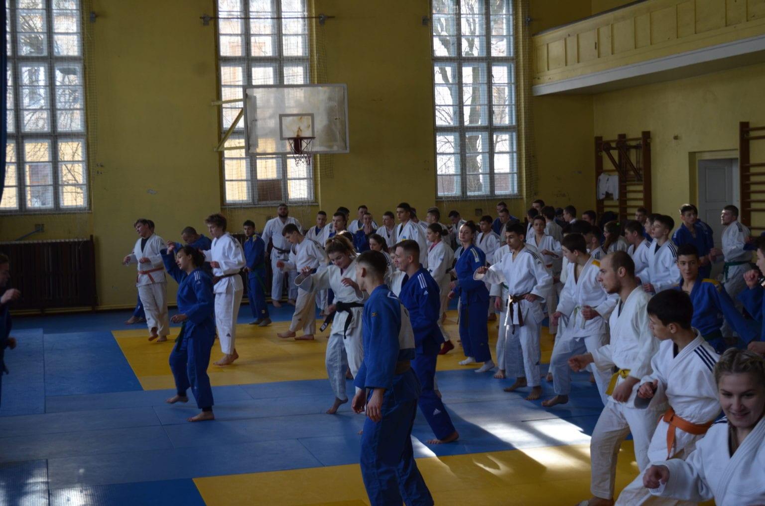В субботу, 20 февраля, небольшая команда дзюдоистов Ужгородской государственной школы No 1 отправилась на открытый чемпионат Львовской области по дзюдо среди 18 лет (2004-2006).