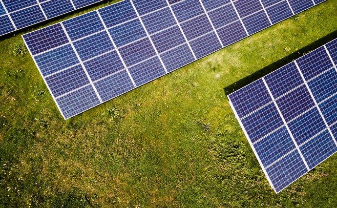 Верховна Рада урізала тарифи для виробників альтернативної енергетики, тепер вони зароблятимуть менше. Наскільки саме, і який це вплив матиме на галузь.