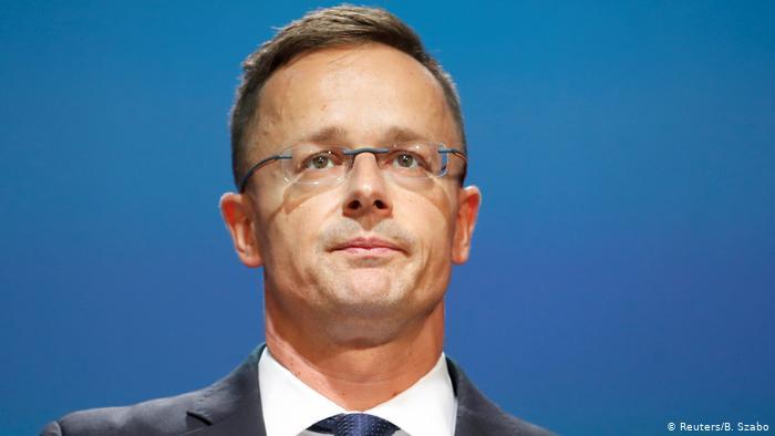 Поки прем'єр Угорщини Віктор Орбан закликав земляків їхати на угорські курорти, міністр Петер Сіярто із шиком відпочивав у Хорватії.