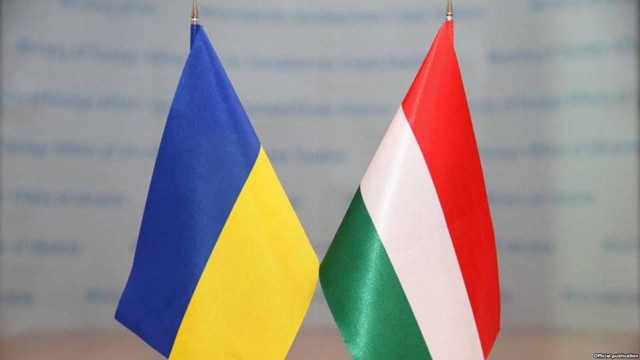 На думку глави МЗС, таким елементом виступають окремі норми освітнього та мовного законів, які Угорщина засуджує як такі, що ніби-то ущемляють законні права угорської меншини Закарпаття.