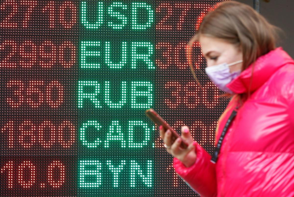 Курс долара подешевшав до 28,40 гривні, а курс євро до 34,85 гривні.