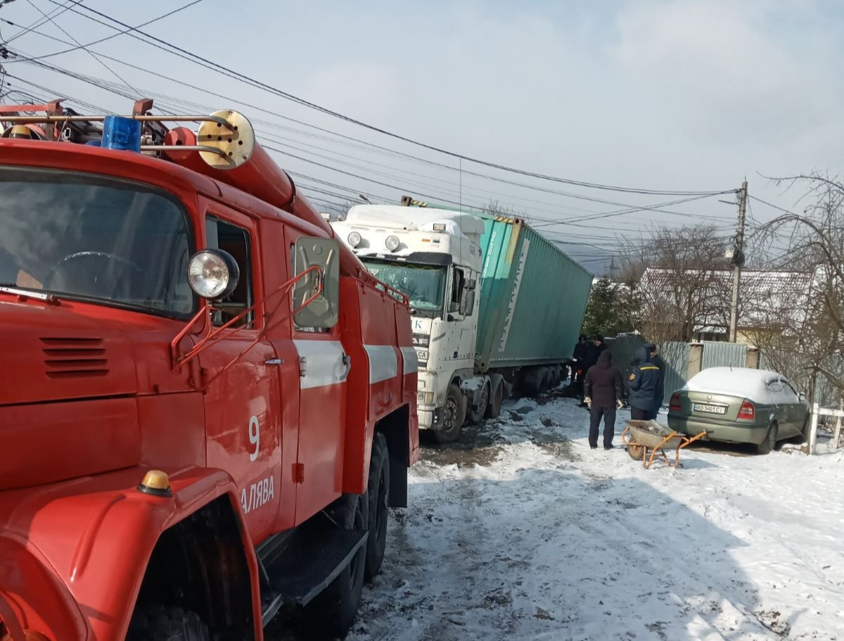 Надзвичайники Сваляви впродовж 12 лютого два рази залучались для буксирування однієї й тієї ж самої вантажівки.