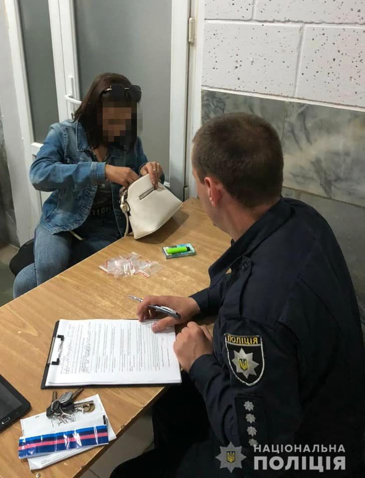 Сьогодні, 23 червня, близько пів на першу ночі у Виноградові поліція зупинила для перевірки 25-річну місцеву мешканку, яка поводилася підозріло.