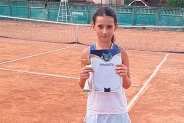 Нещодавно відбувся турнір ФТУ 2 категорії «День міста Стрий», на якому хороший результат продемонструвала вихованка відділення тенісу Тячівської районної ДЮСШ Дарина Глібчук.