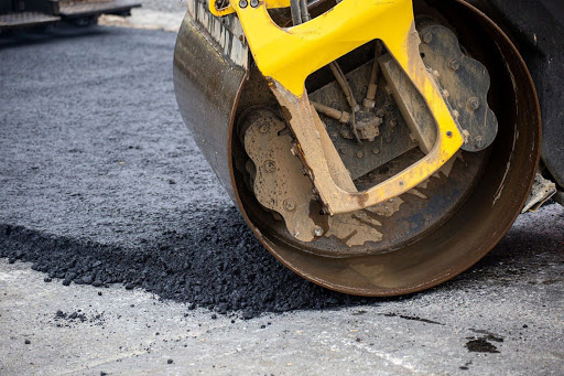 22-річна дівчина підписала ще 15 угод на ремонти вулиць у Виноградові.