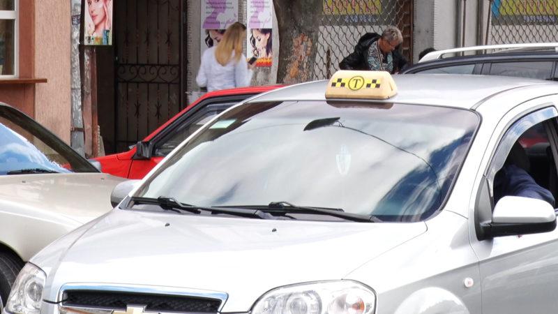 В Мукачево неизвестные забросали камнями машины такси.