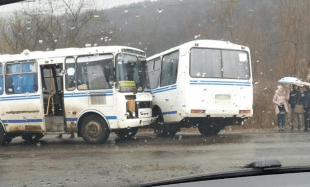 Два рейсові автобуси зіштовхнулися в селі Кольчино Мукачівського району.