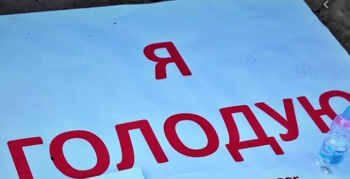"""Сьогодні третій день, незважаючи на дощ, пан Ярослав перебуває під стінами підприємства. У Чеському місті Добріш, під стінами заводу """"Bobcat"""" закарпатець оголосив голодування."""