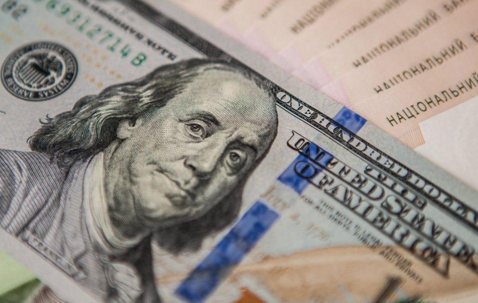 На міжбанку курс долара в продажу зріс на 37 копійок, до 27,25 гривні за долар, курс у купівлі також підскочив на 36 копійок - до 27,22 гривні за долар.