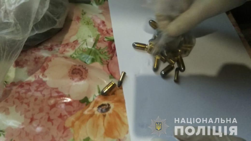 24 вересня в будинку 47-річного мукачівця поліція знайшла два пакети з наркотиками, ймовірно, це марихуана та метамфетамін.