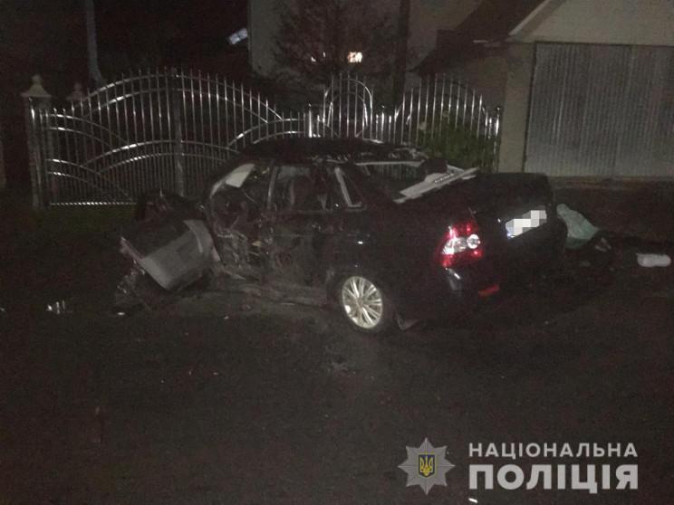У селі Красна Тячівського району автомобіль «Lada Priora» зіткнувся з бетонним містком та перекинувся на дах.