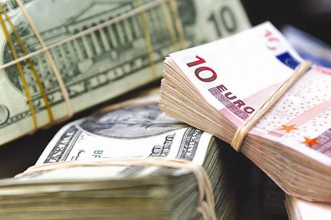 В офіційних курсах НБУ національна валюта лише на 7 копійок подешевшала щодо євро. Однак на міжбанку гривня здає позиції швидше.