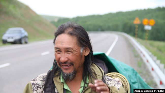 Якутський шаман Олександр Габишев уже 4 місяці йде уздовж далекосхідних трас у бік Москви, звідки у 2021 році має намір вигнати главу РФ Володимира Путіна.