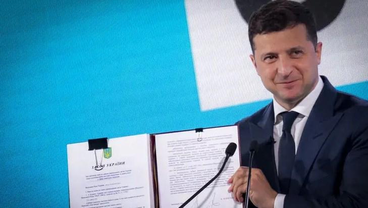 Зеленский подписал один из последних законов в земельном пакете и отметил, что у государства украли много земли.